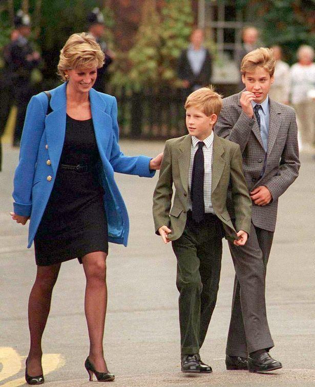 William cùng mẹ và Hoàng tử Harry trong ngày nhập học năm 1995.