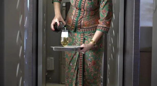 """Champagne thượng hạng là đồ uống đi kèm món ăn """"sang chảnh"""" trên máy bay."""