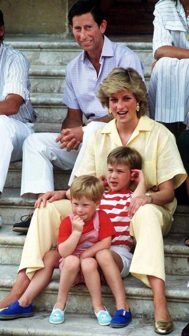 Hai anh em William và Harry trong vòng tay mẹ.