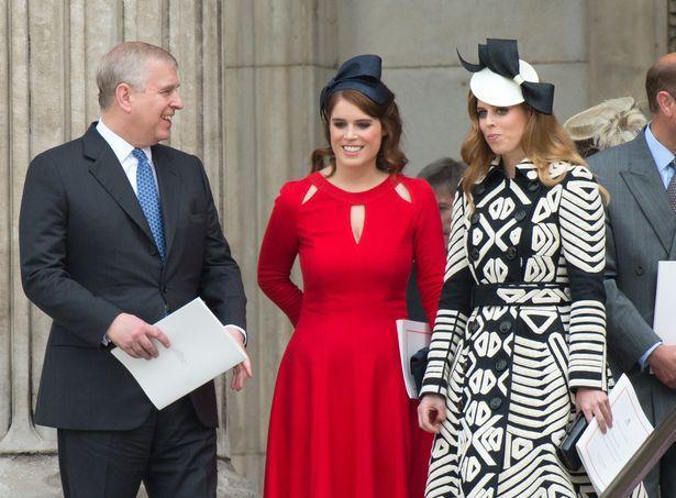 Hoàng tử Andrew bên cạnh hai cô con gái.