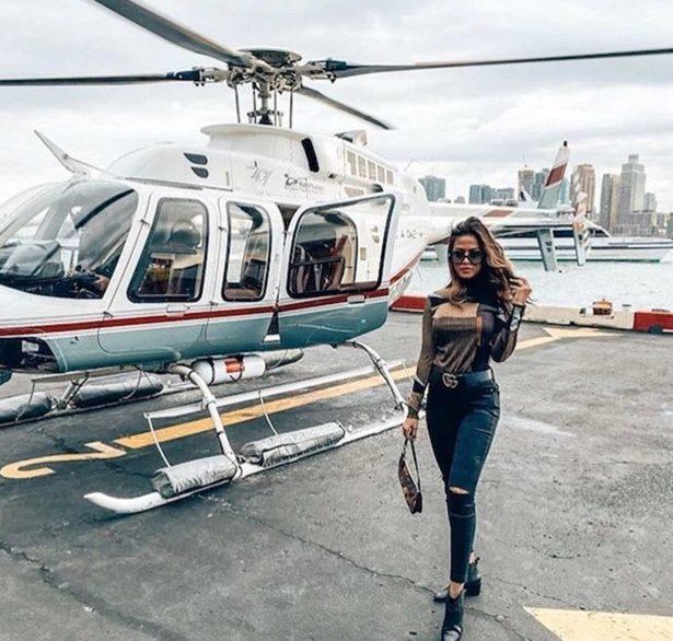 Cô nàng tạo dáng bên trực thăng cá nhân.