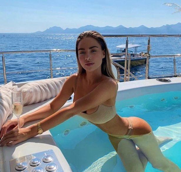 Cô nàng tạo dáng trong bể bơi trên du thuyền…