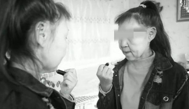 Xiao Feng càng lớn càng mặc cảm với gương mặt như bà lão của mình.