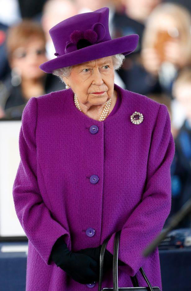 Nữ hoàng đã điểm chỉ 6 vấn đề quan trọng đối với Harry và Meghan sau khi rời hoàng gia.