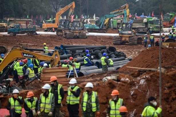 Hàng nghìn công nhân đã tham gia dự án này.
