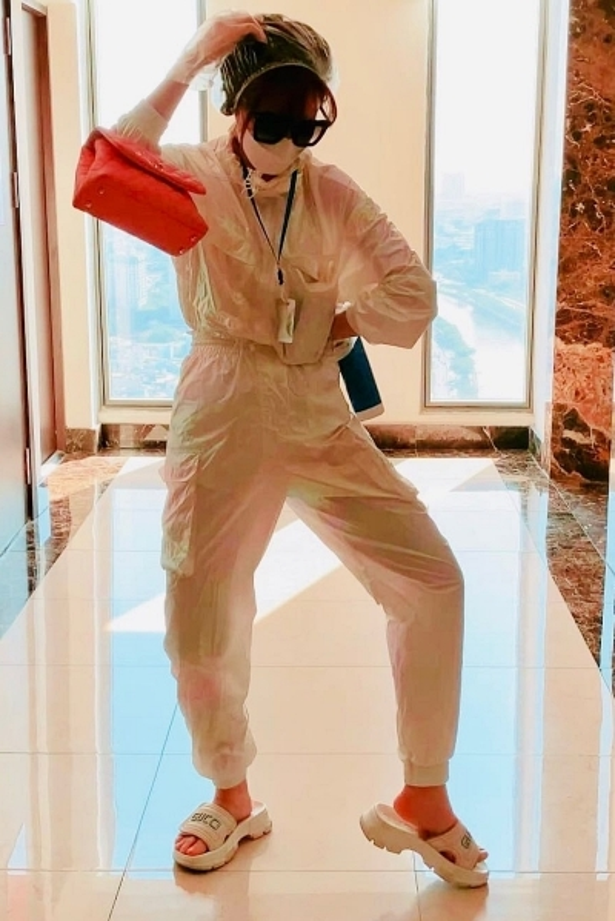 Trang phục sao Việt giữa dịch Covid-19: Thuý Ngân diện bộ đồ y tế bằng vải không dệt, Khánh Ngân khoe mũ bảo hộ ảnh 3