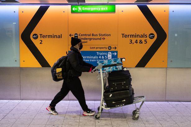 Họ phải tiếp xúc với hành khách trong tình trạng thiếu thốn trang thiết bị bảo hộ.