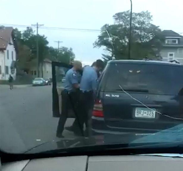 Cảnh sát kéo ông ra khỏi xe.