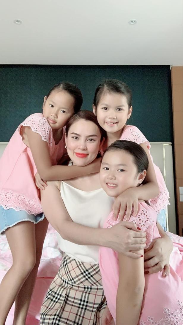 Hoa hậu Phương Lê có 3 người con gái trong đó 1 cặp là song sinh. Phương Lê từng chia sẻ rằng cả 2 lần sinh con của cô đều rất nguy hiểm vì chỉ sau 7 tháng sinh mổ con gái lớn cô đã mang thai đôi nguy hiểm tới tính mạng
