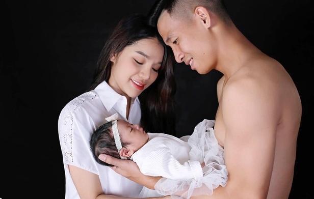 Vợ chồng Bùi Tiến Dũng đón con đầu lòng ( Ảnh: FBNV)