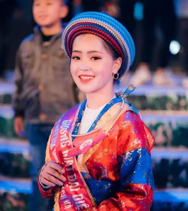 Sau hơn 1 năm nổi tiếng, cô bé bán lê ở Hà Giang càng ngày càng xinh đẹp, đáng yêu ảnh 7