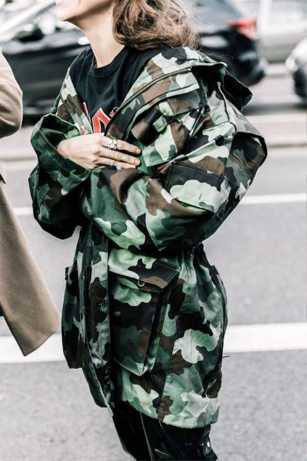 Một chiếc áo họa tiết camo freesize dễ dàng kết hợp với nhiều trang phục với chức năng như một chiếc áo khoác ngoài. Để tổng thể không quá đơn giản, một số phụ kiện như thắt lưng bản nhỏ hoặc tay áo xắn gấu sẽ làm trang phục có điểm nhấn.