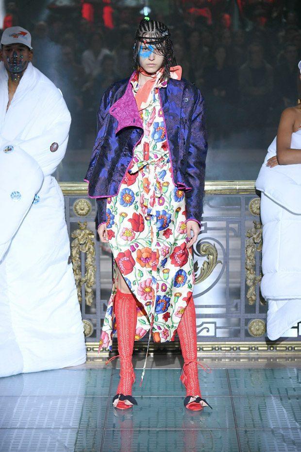 """Buổi trình làng của thương hiệu Vivienne Westwood là một buổi tiệc thời trang đầy màu sắc và những ý tưởng """"điên rồ""""."""