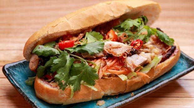Tất cả mọi thứ hòa quyện trong ổ bánh mì Việt Nam, món bánh mì được xem là ngon tốt thế giới.