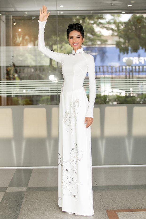 Giữa dàn mỹ nhân lộng lẫy váy áo, H'Hen Niê ghi điểm với tà áo dài đơn giản. Gam màu trắng tưởng chừng nhạt nhòa lại góp phần khiến làn da nâu của người đẹp được tôn lên bội phần.
