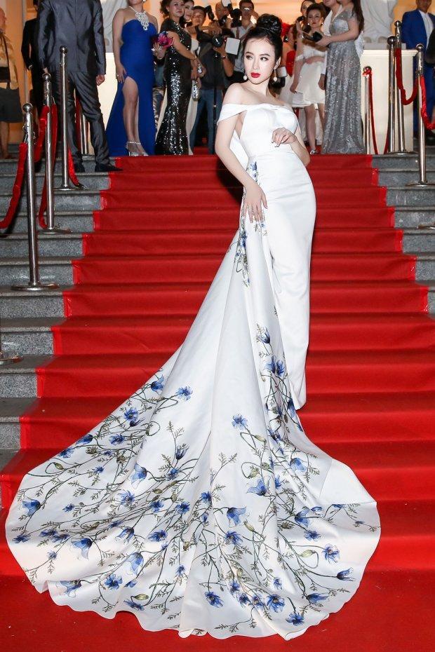 """Angela Phương Trinh lại một lần nữa tỏa sáng với phong cách gợi cảm, khẳng định danh xưng """"nữ hoàng thảm đỏ"""" chưa bao giờ đặt sai người. Cô gái 9X lựa chọn cho mình bộ đầm mỏng tang với gam màu pastel nền nã, tinh tế khi dự Elle Style Award 2017."""