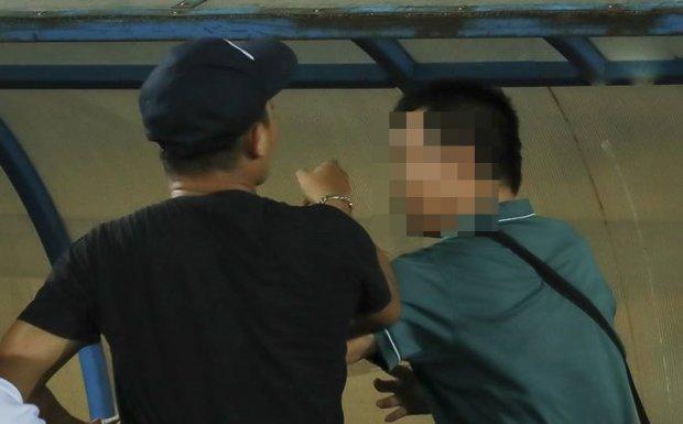 Phóng viên bị đánh ở sân Thiên Trường. Ảnh: Trọng Tùng