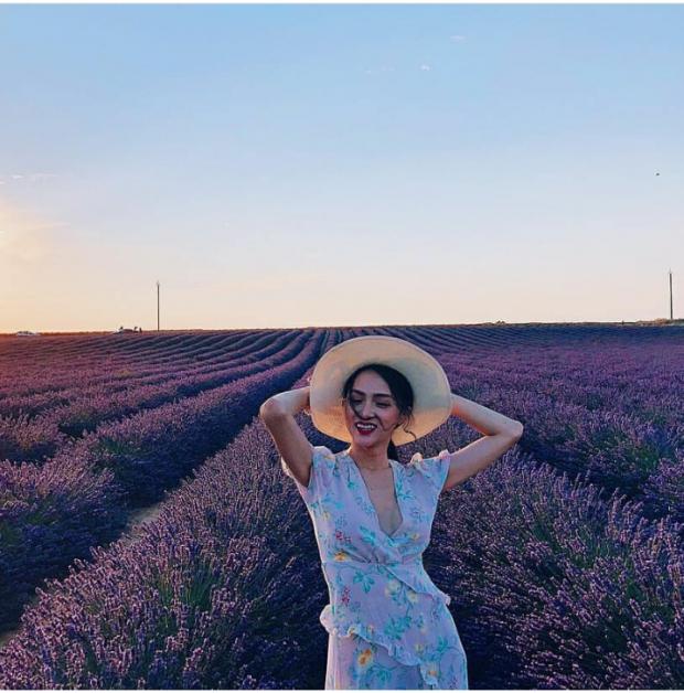 Hương Giang mới đây khi khoe dáng ở cánh đồng Lavender tại miền Nam nước Pháp đã khiến nhiều người trầm trồ. Nàng thật biến thành một quý cô nữ tính mơ màng với đầm tím điệu đà in hoa. Những đường xẻ sâu và những đường vạt xếp chéo nhấn nhá giúp người đẹp khoe chọn vẻ gợi cảm, quyến rũ.