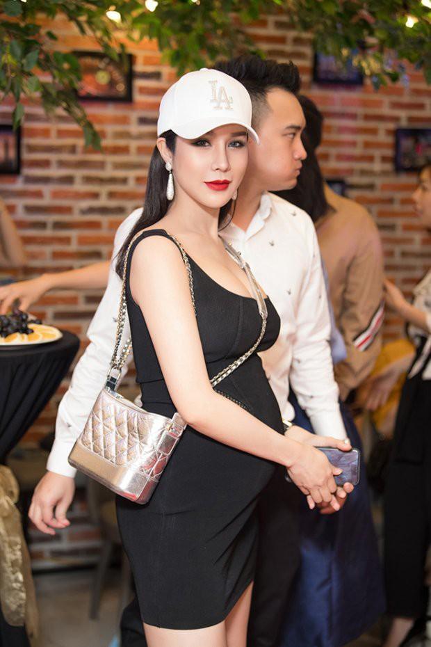 Cận kề ngày sinh nở, nhưng Diệp Lâm Anh không tăng cân quá nhiều. Cô vẫn giữ được vóc dáng khỏe khoắn và gương mặt thon gọn, xinh đẹp.