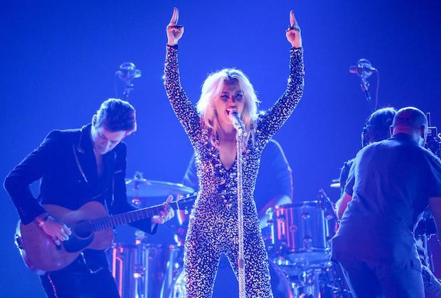 Vẫn là một Lady Gaga thần thái rạng ngời trên sân khấu.