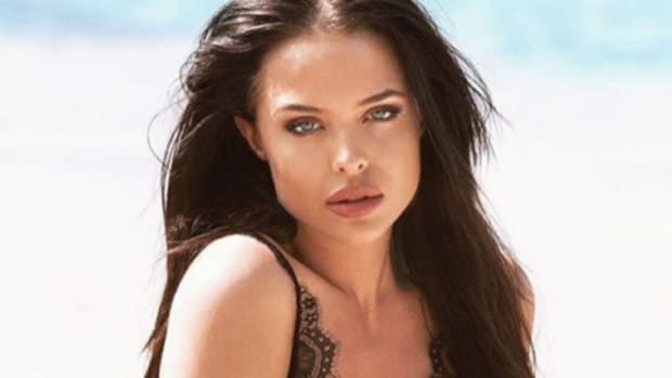 Mara Teigen với gương mặt giống với mỹ nhân Angelina Jolie nhất với bờ môi dầy, khung xương mặt góc cạnh đầy thu hút