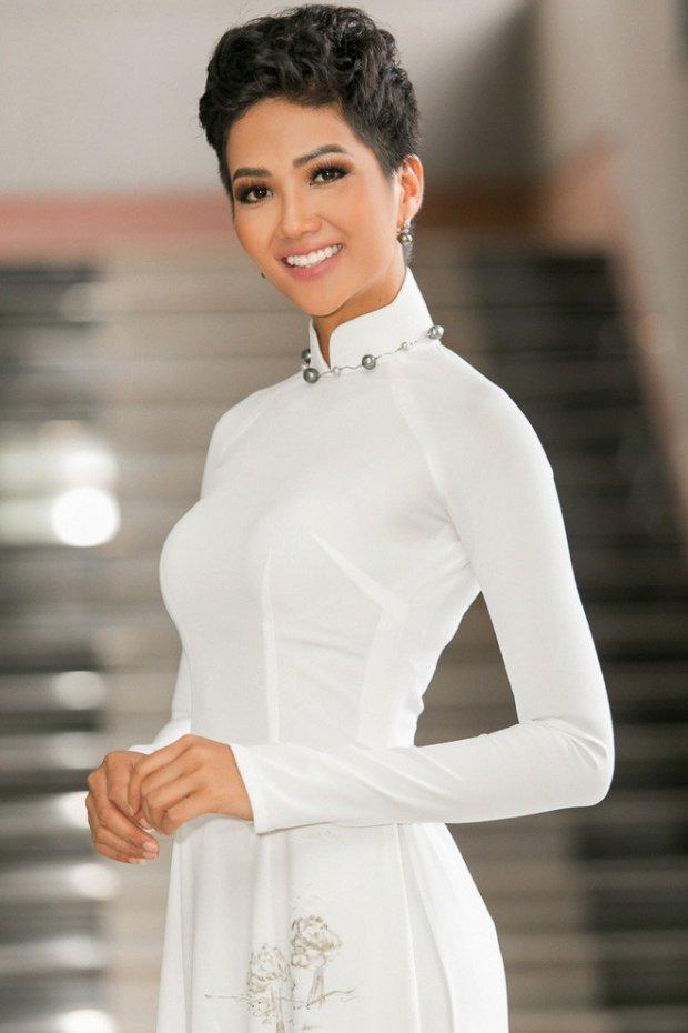 H'Hen Niê cũng từng khiến khán giả mê mẩn với tà áo dài tha thướt.