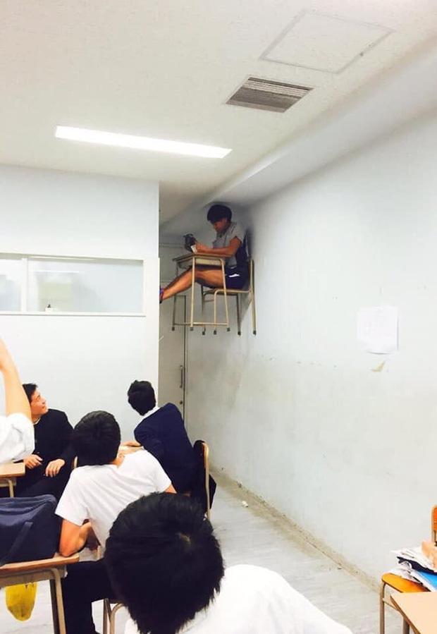 Các bạn trong lớp được phen thích thú với hình phạt này dành cho nam sinh.