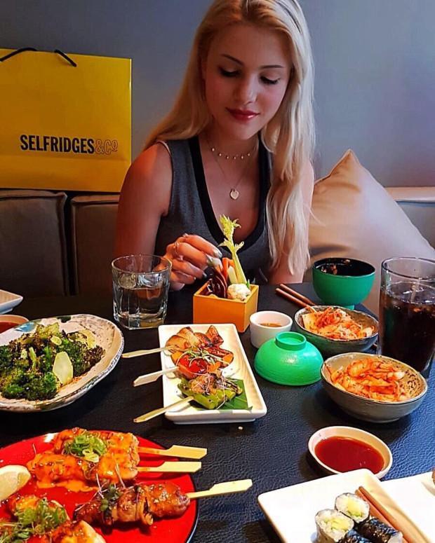 Chloe được thưởng thức các bữa ăn đắt tiền, đi du lịch nhiều nơi cùng với các ông bố nuôi.