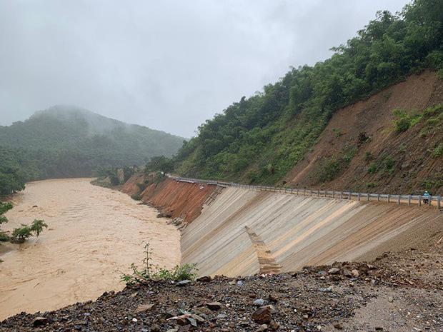Nước sông Luồng (huyện Quan Sơn) vẫn đang chảy xiết. Ảnh: Tiền Phong