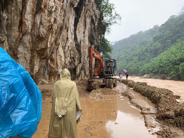 Lực lượng chức năng khắc phục giao thông từ thị trấn Quan Sơn đi lên xã biên giới Na Mèo. Ảnh: Tiền Phong