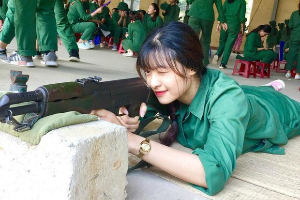 Trước khi giành ngôi vị Á hậu 1, Kiều Loan từng gây bão MXH với bức ảnh học quân sự.