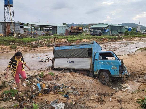 Khung cảnh tan hoang sau cơn mưa lớn gây ngập úng nghiêm trọng. Ảnh: Người lao động