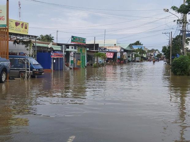 Đường Cách Mang Tháng Tám vẫn ngập dù nước đã rút bớt. Ảnh: Người lao động