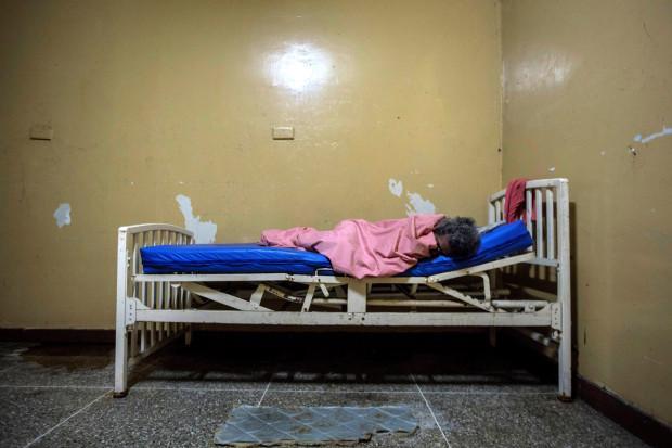 Giường ngủ xập xệ là đặc trưng của bệnh viện này.