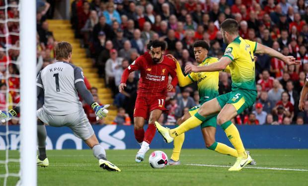 Đến phút 19, tiền đạo Mohamed Salah nhân đôi cách biệt sau pha phối hợp như đá tập với Firmino.