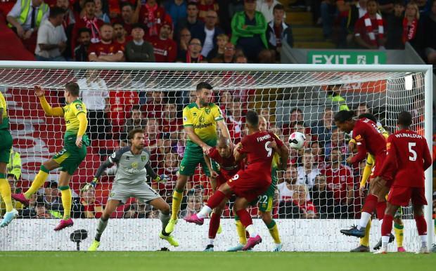 Chưa đầy 10 phút sau, đến lượt trung vệ Van Dijk để lại dấu ấn bằng quả đánh đầu hiểm hóc sau tình huống đá phạt góc bên hành lang cánh trái.
