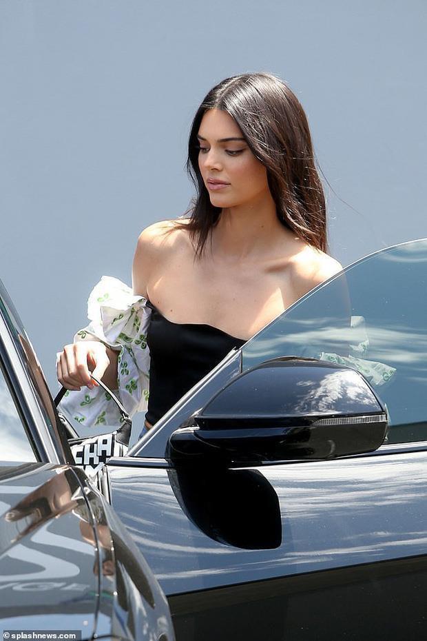 Chỉ là ảnh chụp trộm thoáng qua thôi mà cô nàng vẫn rất đẹp, thần thái ngút ngàn như đang catwalk trên sàn runway