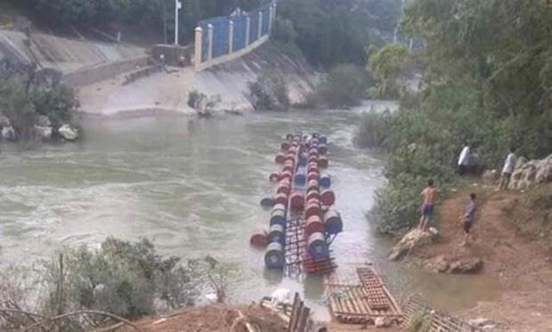 Lật bè khi qua sông Bắc Vọng (Cao Bằng) khiến nhiều người rơi xuống nước, 3 người bị nước cuốn mất tích. Ảnh: TTXVN phát