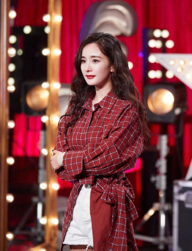 """Tông makeup và style tóc cực kì ăn ý với trang phục mà nữ diễn viên """"Phù Dao Hoàng Hậu"""" khoác trên người."""
