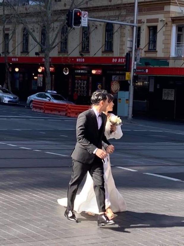 Chỉ mới lộ vài tấm ảnh chụp vội, dân tình đã phát sốt dự đoán váy cưới Đông Nhi ảnh 1