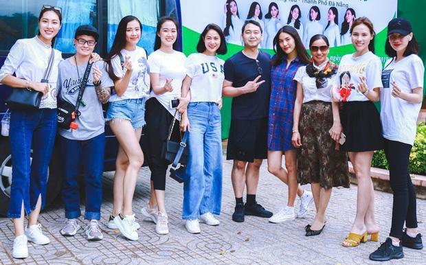 Lịm tim trước hình ảnh John Tuấn Nguyễn ở bên bóp vai chăm sóc vợ bầu Lan Khuê khi đi từ thiện ảnh 0
