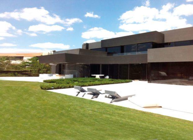 Căn biệt thự được thiết kế bởi kiến trúc sư nổi tiếng Joaquin Torres với chất liệu đá đen đặc biệt và đồ nội thất hiện đại.