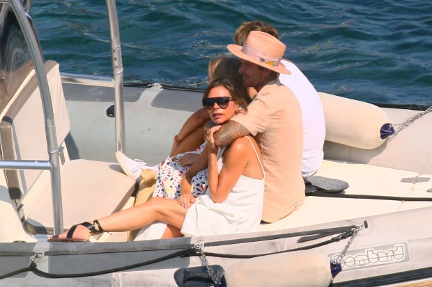 Beckham luôn rất tình cảm với Victoria mọi lúc mọi nơi.