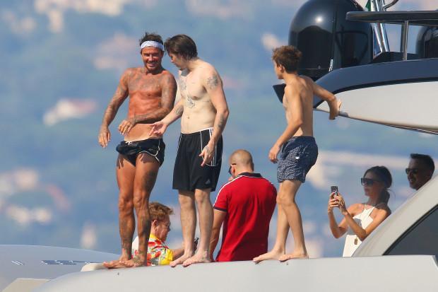 Beckham cùng các con đứng trên du thuyền để nhảy xuống biển tắm.