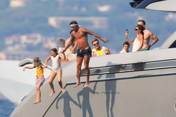 Beckham cùng các con nhảy xuống biển tắm.