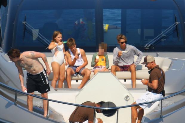 Gia đình Beckham quay quần bên nhau trên chiếc du thuyền.