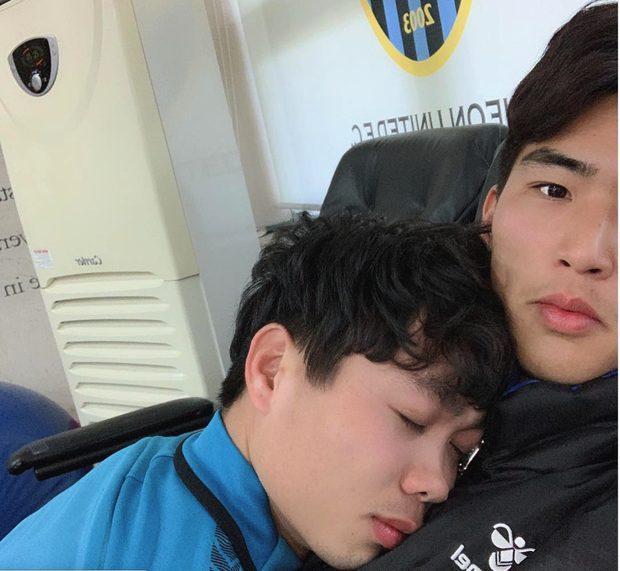 Thế nhưng, Daniel Schmidt không phải người đầu tiên bị Công Phượng mượn tay, mượn vai như vậy. Vẫn là một thủ môn, lần trước là Kim Dong-heon của Incheon United.