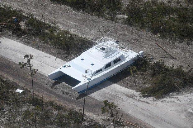 Thời báo New York cũng đưa tin về quang cảnh những ngôi nhà chìm trong 3 m nước và vô số mảnh vụn cùng nhiều hình ảnh về cá mập.