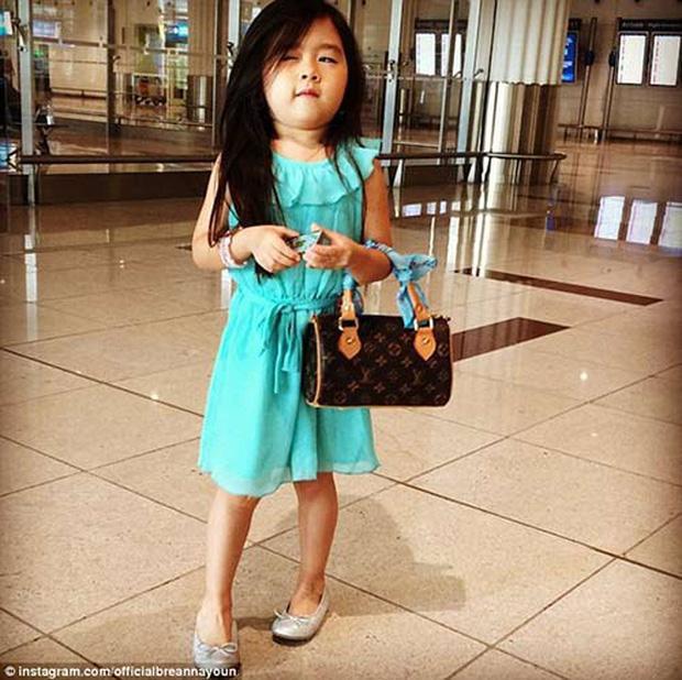 Nhan sắc hiện tại gây ngỡ ngàng của bé gái đáng yêu đến nỗi từng được đại gia Dubai mời sang sinh sống, bao ăn ở ảnh 2