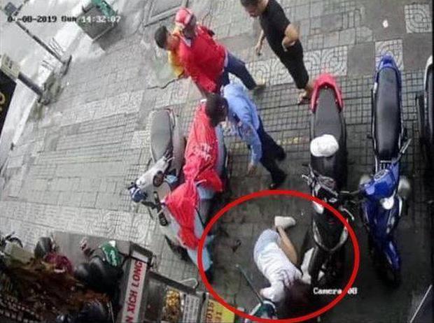 Nữ diễn viên bị tài xế Go-Viet đánh ngã xuống đất (khoanh tròn đỏ).
